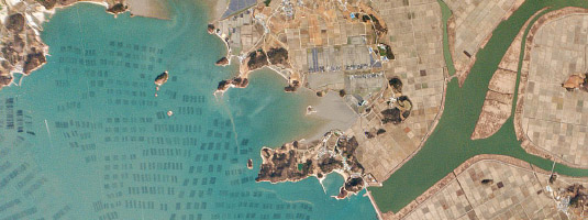 Flock-1 image (resolution 5m, 01.03.2015), Myeongnyang Strait, South Korea, © Planet Labs Inc. - The southern coast of South Korea is pictured here. Large amounts of crops are produced on land and the farming extends into the sea where rows of seaweed are farmed.